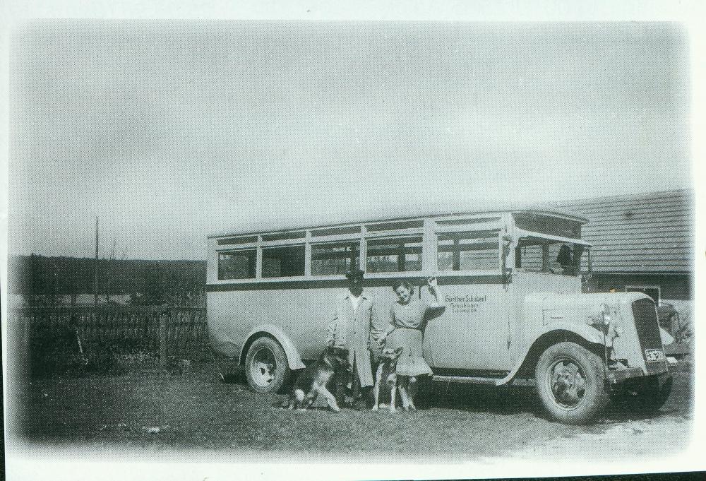 1947: Marianne und Günther Schubert vor ihrem ersten Bus