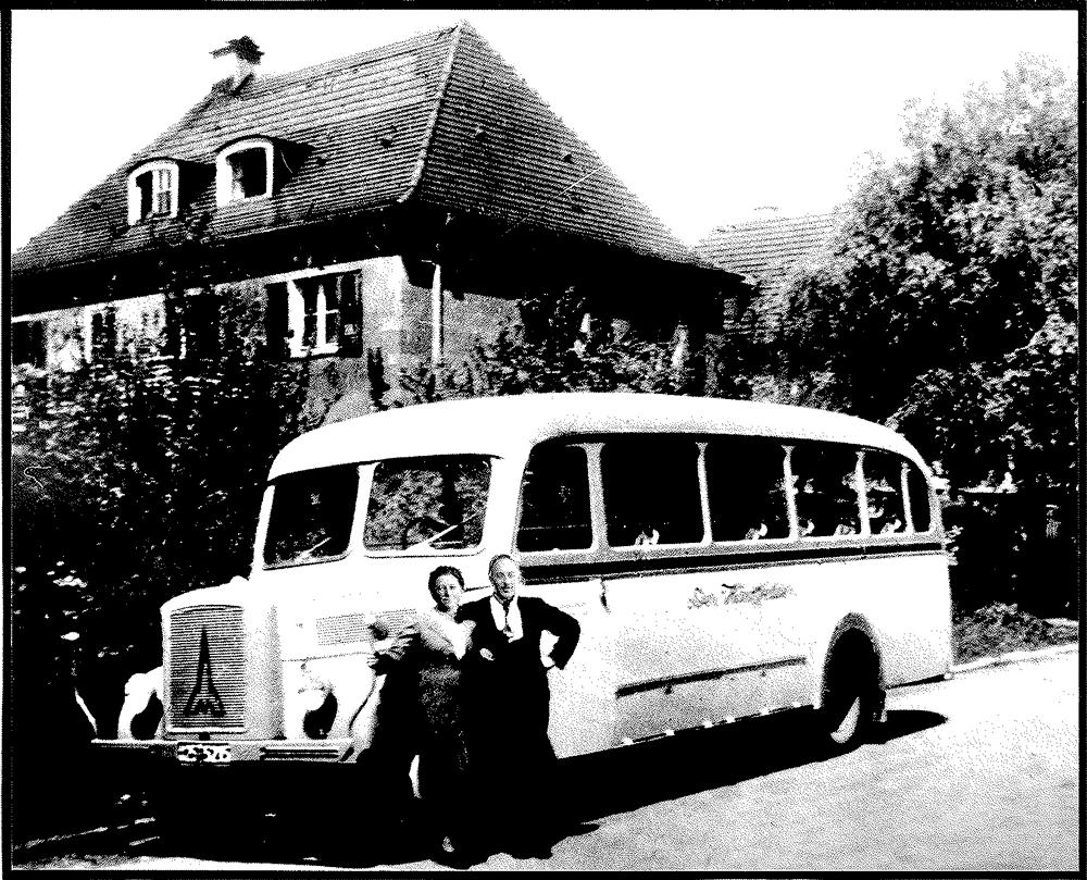 1948: Elisabeth und Albert Beck vor dem HÄRTSFELDER, ein Magirus Deutz