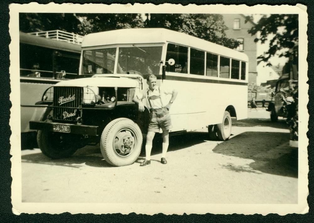 1950: Wäre heute ein begehrtes Museumsstück: ein Henschel Holzvergaser, davor unser langjähriger Mitarbeiter Horst Saemann