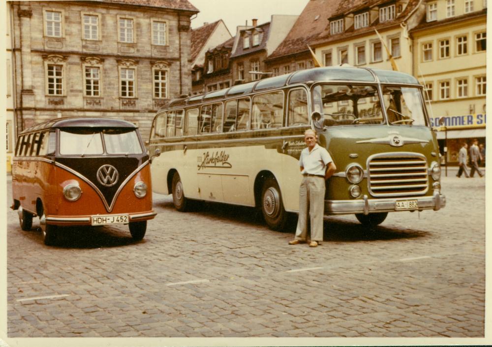 1962: Fahrer Horst Saemann mit einem SETRA S 8 in Heidenheim auf dem Rathausplatz