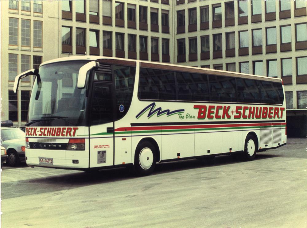 """1991: SETRA S 315 HD – der erste """"TopClass-Bus"""" vor dem ehemaligen SETRA-Auslieferungswerk in Neu-Ulm"""